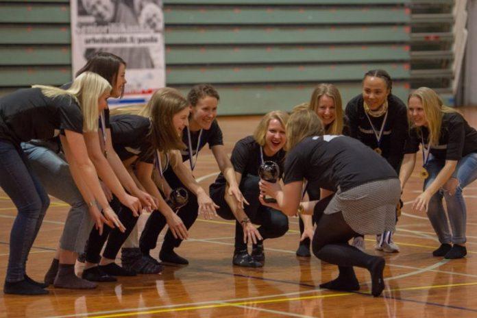 Helsinki Moves juhlii ultimaten naisten sisäsarjan mestaruutta 2018.