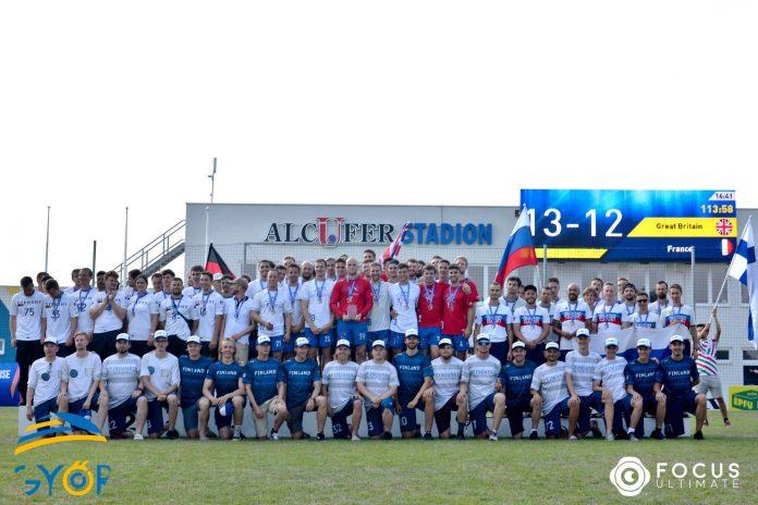 Suomen Spirit-mestaruuden voittaneet miehet muiden mitalistien mukana.