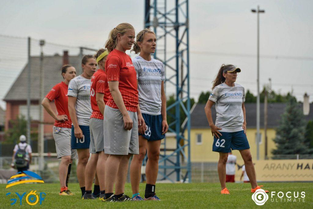 Suomen naiset pelaamassa Sveitsiä vastaan.